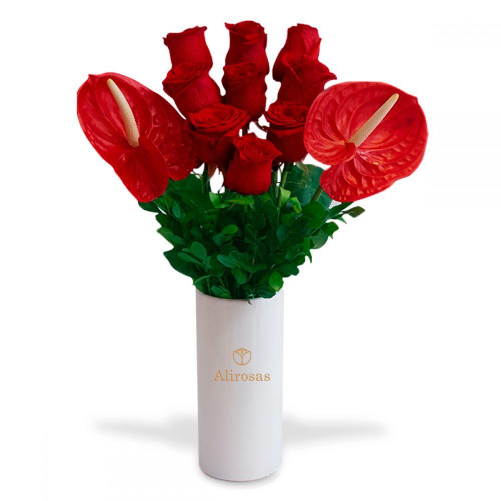 Florero de rosas y anturios