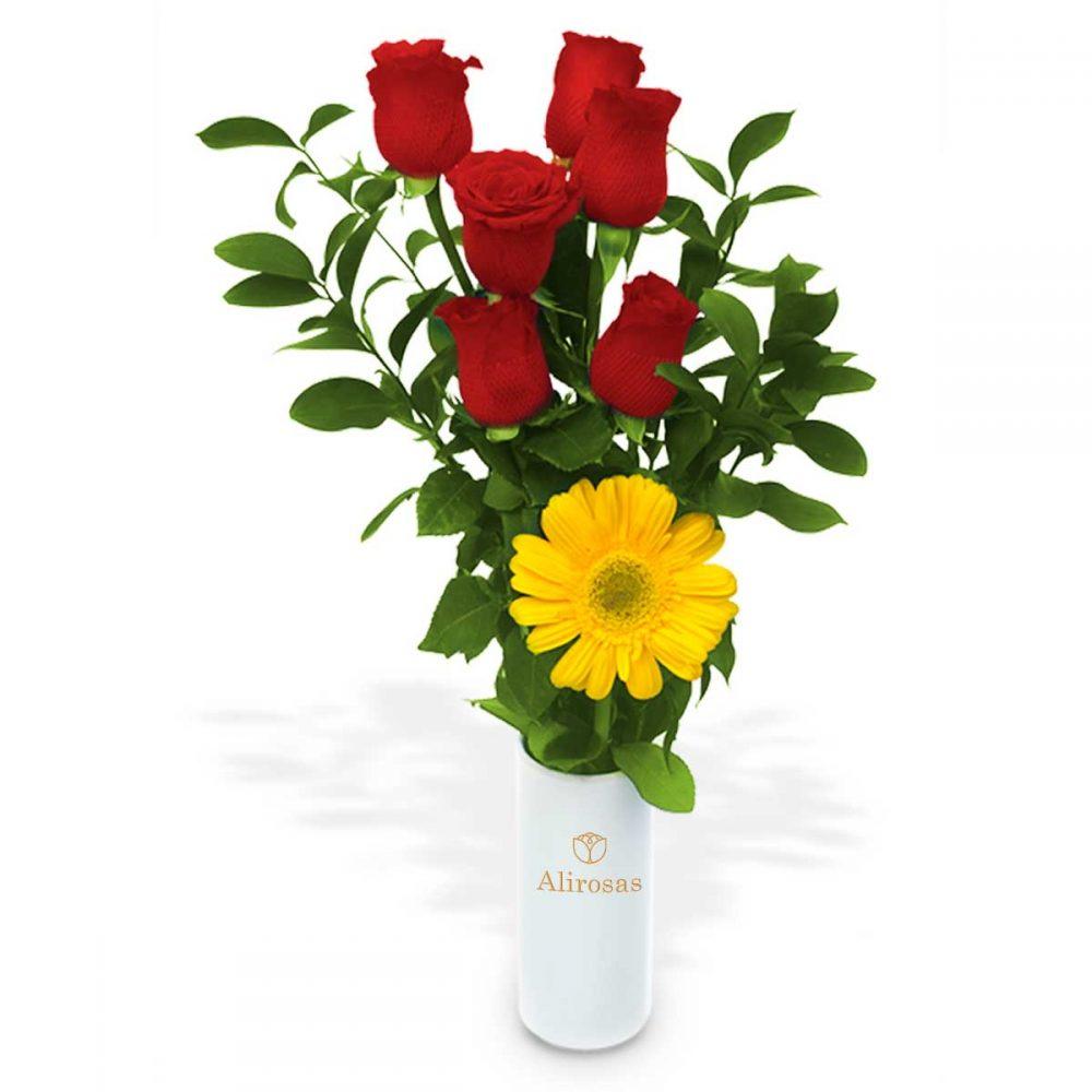 Florero blanco arreglo floral con 6 Rosas rojas